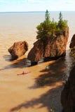 Kayakers en las rocas de Hopewell Imágenes de archivo libres de regalías