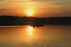Kayakers gegen Sommersonnenuntergang Lizenzfreie Stockfotografie