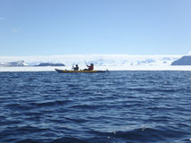 Kayakers i Gustaf Sound, Antarktis Royaltyfri Fotografi