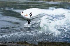 Kayakers i surfingowowie przy Skookumchuck przesmykami Obrazy Royalty Free