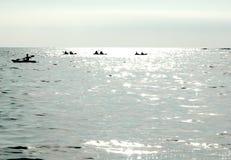 Kayakers im Ozean Lizenzfreie Stockfotografie