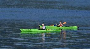 Kayakers mâles et féminins Image libre de droits