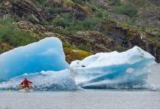 Kayakers an Mendenhall-Gletscher Lizenzfreie Stockfotos