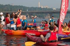 Kayakers multicolores sur la rivière Photos libres de droits