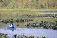 Kayakers na rzece fotografia stock