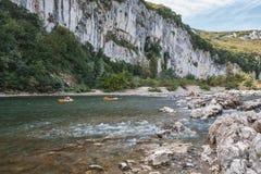 Kayakers op de rivier Ardeche in Frankrijk Royalty-vrije Stock Fotografie