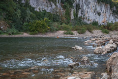 Kayakers op de rivier Ardeche in Frankrijk stock afbeelding