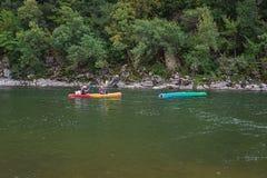 Kayakers op de rivier Ardeche in Frankrijk Stock Afbeeldingen