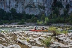 Kayakers op de rivier Ardeche in Frankrijk Stock Foto