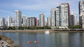 Kayakers på False Creek Vancouver stock video