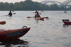 Kayakers på floden nära bron Fotografering för Bildbyråer