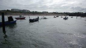 Kayakers que dirigem para fora ao mar filme