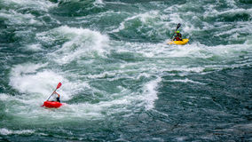 Kayakers que remam a corredeira da calha em Fraser Canyon Foto de Stock Royalty Free