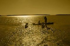 Kayakers som startar deras resa på gryning Arkivbild