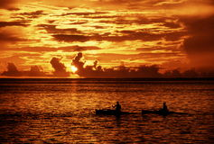 Kayakers am Sonnenuntergang Stockbilder