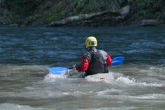 Kayakers tillbaka sikt Hjälmkajaken Arkivfoto