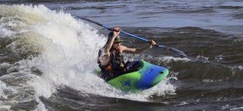 Kayakers w gwałtownych fotografia stock