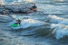 Kayakers a Wave di Brennan Fotografia Stock Libera da Diritti