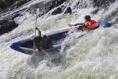 Kayakers in whitewater stock afbeeldingen
