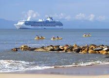 Kayakers y barco de cruceros Imagen de archivo