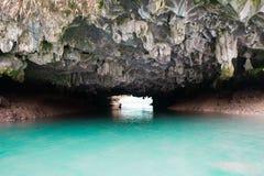 Kayaking à l'intérieur d'une caverne dans la baie de Halong, le Vietnam photos stock