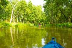 Kayaking από τον άγριο ποταμό στην Πολωνία (ποταμός Omulew) Στοκ Εικόνες