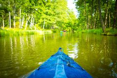 Kayaking από τον άγριο ποταμό στην Πολωνία (ποταμός Omulew) Στοκ φωτογραφία με δικαίωμα ελεύθερης χρήσης