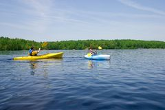 kayaking γιος πατέρων Στοκ εικόνες με δικαίωμα ελεύθερης χρήσης