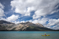 Kayaking μια παγετώδης λίμνη Στοκ Εικόνες