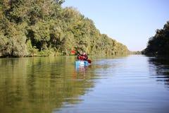 Kayaking ο ποταμός του Κολοράντο (μεταξύ του φράγματος πορθμείων κατακαθιών και φαραγγιών του Glen) Στοκ Εικόνα