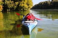 Kayaking ο ποταμός του Κολοράντο (μεταξύ του φράγματος πορθμείων κατακαθιών και φαραγγιών του Glen) Στοκ Φωτογραφία