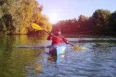 Kayaking ο ποταμός του Κολοράντο (μεταξύ του φράγματος πορθμείων κατακαθιών και φαραγγιών του Glen) Στοκ Φωτογραφίες