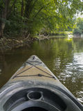 Kayaking σε έναν ποταμό μια θερινή ημέρα στοκ εικόνα με δικαίωμα ελεύθερης χρήσης