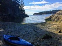 Kayaking στα νησιά κόλπων στοκ εικόνες