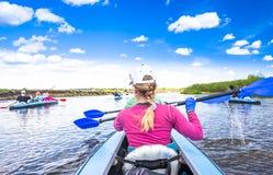 Kayaking στην όμορφη φύση στη θερινή ηλιόλουστη ημέρα Αθλητικοί άνθρωποι που έχουν τη διασκέδαση ένας ποταμός Στοκ εικόνα με δικαίωμα ελεύθερης χρήσης