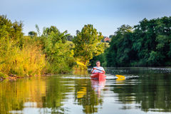 Kayaking στη λίμνη Στοκ εικόνες με δικαίωμα ελεύθερης χρήσης
