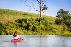 Kayaking στη λίμνη Στοκ Εικόνες