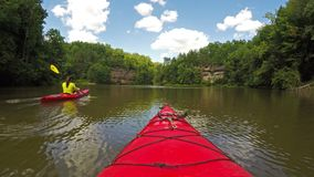 Kayaking στη λίμνη του Grayson απόθεμα βίντεο