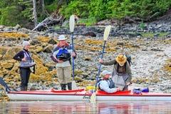 Kayaking Alaska - bereiten Sie für Abflug vor stockbilder