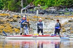 Kayaking Alaska - bereiten Sie sich für Abflug vor stockfotos
