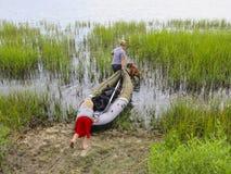 Kayaking allant de mère, de fils et de chien Photos libres de droits