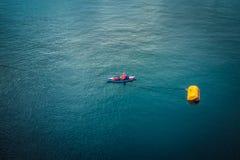 Kayaking alleen in het midden van de Middellandse Zee Stock Foto's