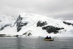 Kayaking in Antarktik, im Schnee und in bewölktem Lizenzfreies Stockbild