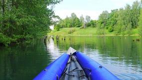 Kayaking através do lago da floresta Imagens de Stock Royalty Free