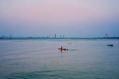 Kayaking au milieu d'une eau calme tranquille Images libres de droits