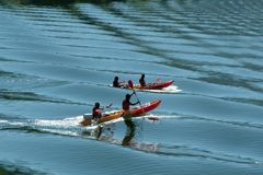 Kayaking auf blauem Wasser auf dem Fluss Stockfotografie