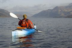 Kayaking auf Loch Lomond Lizenzfreie Stockfotos