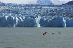 Kayaking avec un glacier Photographie stock