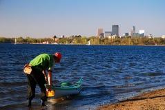 Kayaking bij een stadspark royalty-vrije stock afbeelding