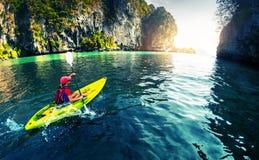 Kayaking blisko skał Fotografia Stock